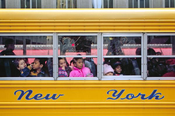 Schulbus mit Kindern am Rockefeller Center