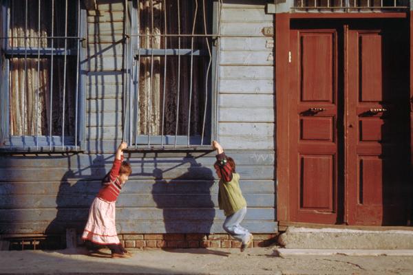 Zwei Kinder spielen an einem Gitter vor einem Fenster im Altstadtviertel Eminönu in Istanbul.