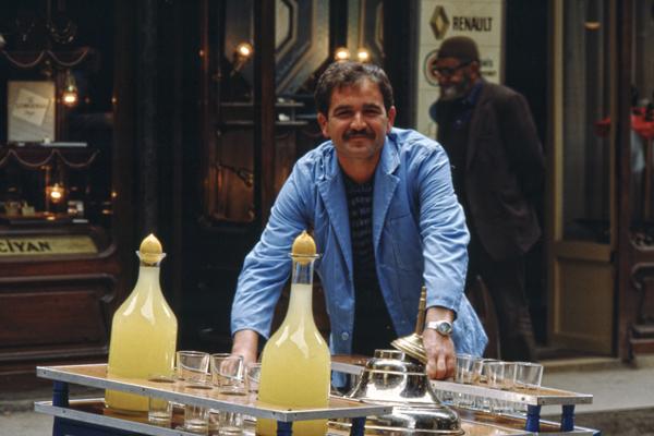 Ein Straßenhändler im Altstadtviertel Eminönu in Istanbul bietet Limonaden zum Verkauf.