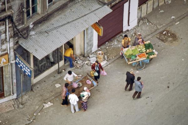 Blick vom Galataturm auf Straßenhändler mit ihren Wagen.