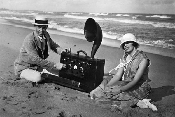 Was heute in Form der Transistorgeräte in allen Bädern und an den Urlaubsorten den Erholungssuchenden die Ruhe raubt, war im April 1924 die Sensation des Jahres - eines der ersten Kofferradios.