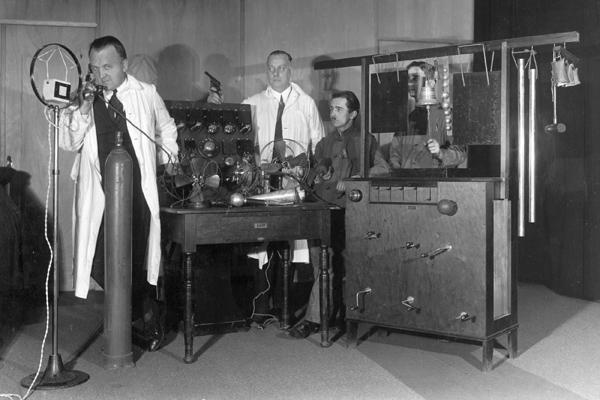 Tontechniker in einem Tonstudio mit verschiedenen Apperaturen, um für Radiosendungen Geräusche zu erzeugen.
