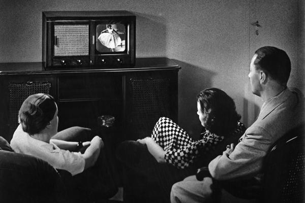 Der Einheits-Fernseh-Empfänger E 1 im Wohnzimmer einer deutschen Familie.