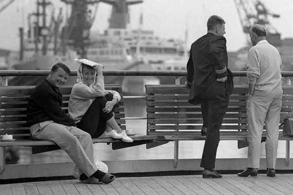 Kreuzfahrtschiff 'Statendam' auf dem Atlantik in Le Havre: Bild zeigt Passagiere und einen Seemann.