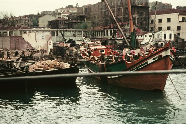 Hafenarbeiter und Frachtschiffe im Hafen von Istanbul.
