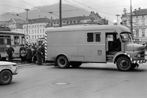 Ein Werkstattwagen versucht eine entgleiste Straßenbahn in Heidelberg wieder auf die Gleise zu ziehen.