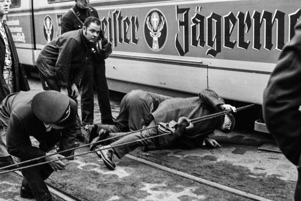 Die Befestigung der Zugseile an dem Drehgestell einer entgleisten Straßenbahn in Heidelberg wird überprüft, damit die Räder wieder in die Schienen gezogen werden können.