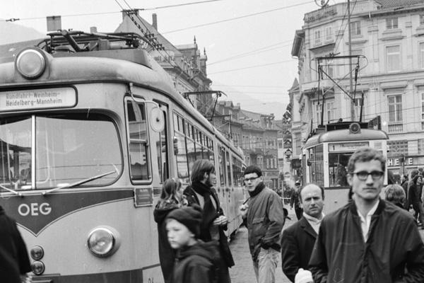 Aufgrund einer entgleisten Straßenbahn stauen sich die Bahnen bis in die Hauptstraße. Viele Passagiere müssen warten.