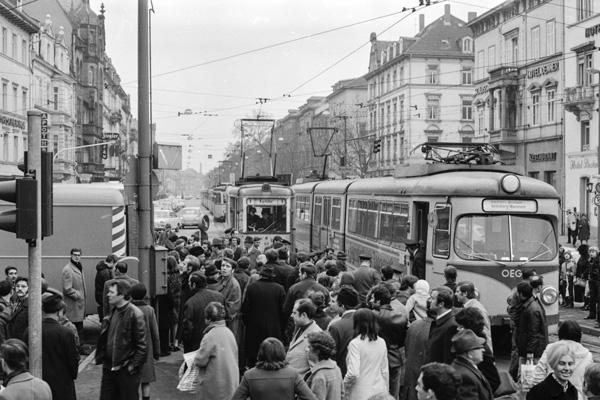 Straßenbahnen stauen sich am Bismarckplatz. Neugierig bestaunen die Passanten die Arbeiten an der entgleisten Bahn.