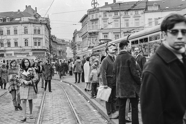 Am Bismarkckplatz in Heidelberg stauen sich die Straßenbahnen und die Fahrgäste warten.