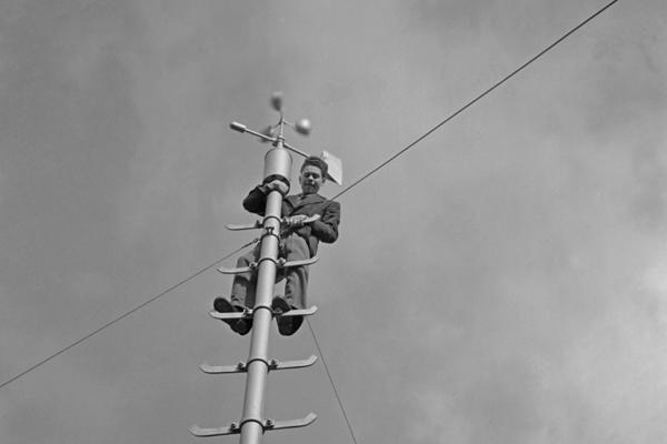 Ein Forscher ist in Berlin-Dahlem einen Mast zu einer wissenschaftlichen Apparatur hochgeklettert.