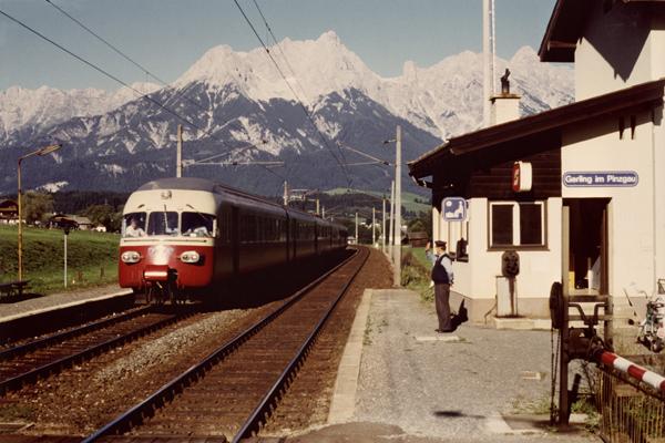 TEE aus der Schweiz bei der Durchfahrt in Gerling bei Saalfelden mit dem Steiner Meer im Hintergrund.