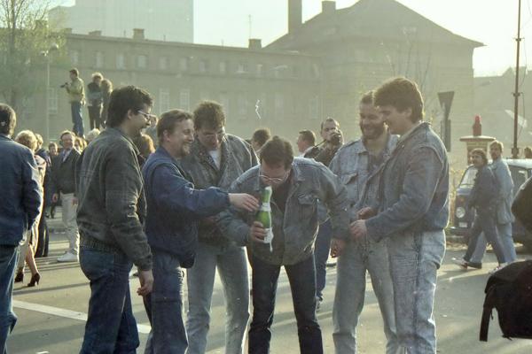 Männer feiern den Fall der Mauer am Übergang Invalidenstraße.