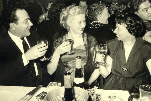 Menschen trinken bei einem festlichen Anlass in Berlin.