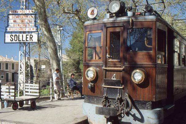 Straßenbahn aus Holz (Strecke Soller-Palma) in Soller auf Mallorca (undatierte Aufnahme).