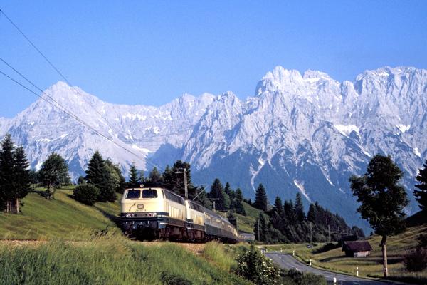 Zug vor dem Karwendel bei Klais in der Nähe von Mittenwald
