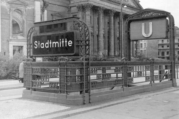 Berlin, U-Bahneingang am Gendarmenmarkt und Deutscher Dom.