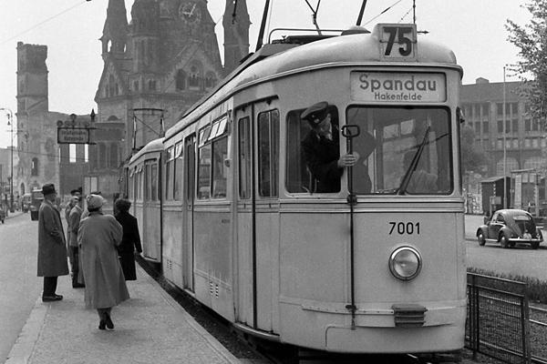 Straßenbahn (Spandau), Fahrgäste und Kaiser Wilhelm Gedächtniskirche am Bahhof Zooloigischer Garten in Berlin.