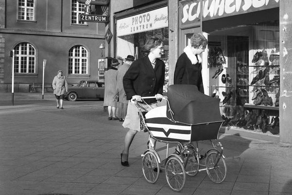 Frauen mit Kinderwagen vor einem Schuhladen (Schuheisen) am Tempelhofer Damm in Berlin.