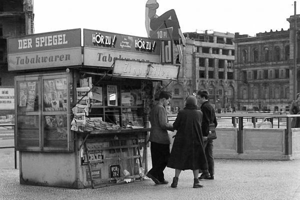 West-Zeitungskiosk am Potsdamer Platz in Berlin und im Hintergrund Ruinen vom Haus Vaterland und Potsdamer Bahnhof.