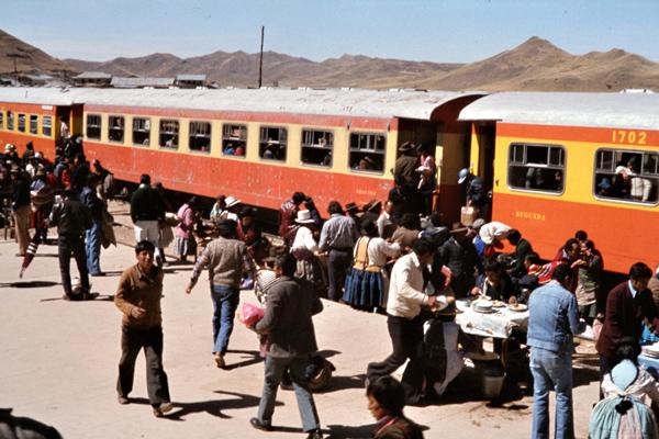 Passagiere betreten einen Zug im Bahnhof von Ayarin.