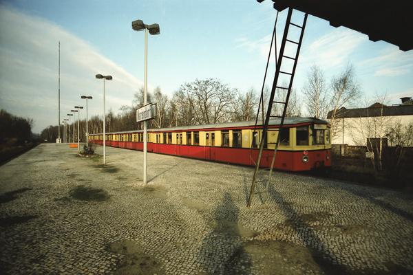 Ein S-Bahnzug der Linie S2 bei der Abfahrt im Bahnhof Mariendorf in Berlin.