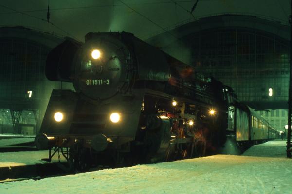 """Die """"Pufferküsser"""" sind froh, dass in der DDR noch viele viele Jahre Dampflokomotiven einen großen Teil des Bahnverkehrs abwickelten."""