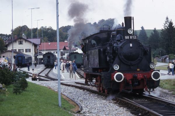 Eine Dampflokomotive verlässt den Bahnhof von Tegernsee während der Dampftage in Tegernsee.