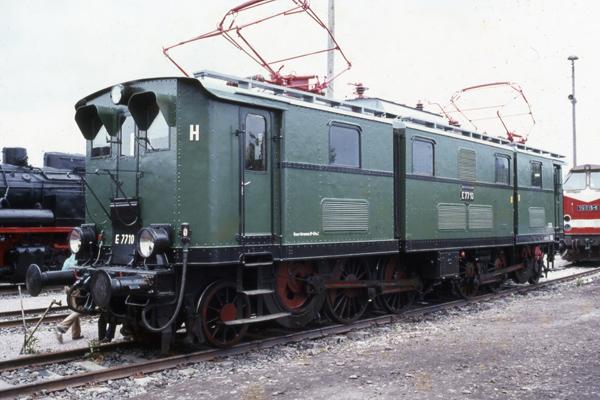 Eine Elektrolok der Baureihe E77 10 der DR auf Abstellgleisen eines Erfurter Bahnhofes im Rahmen der Eisenbahnfahrzeugschau.