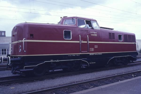 Eine Diesellok V80 in Nürnberg, die in den 50er Jahren für Nebenbahnen entwickelt wurde, anlässlich des 150. Jubiläums der Deutschen Eisenbahn.