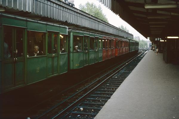 Ein Zug in einem Pariser Bahnhof.