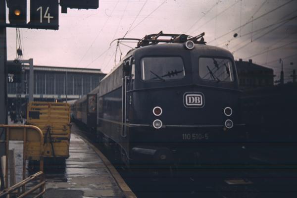 Eine Eisenbahn der Deutschen Bahn steht am Hauptbahnhof in München.