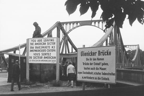 Die Glienicker Brücke zwischen Berlin und Potsdam, die damals die amerikanische und die sowjetische Besatzungszone trennte.