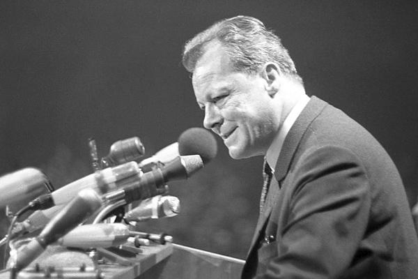 Willy Brandt bei einer Rede auf dem Landesparteitag der Berliner SPD, 1968.