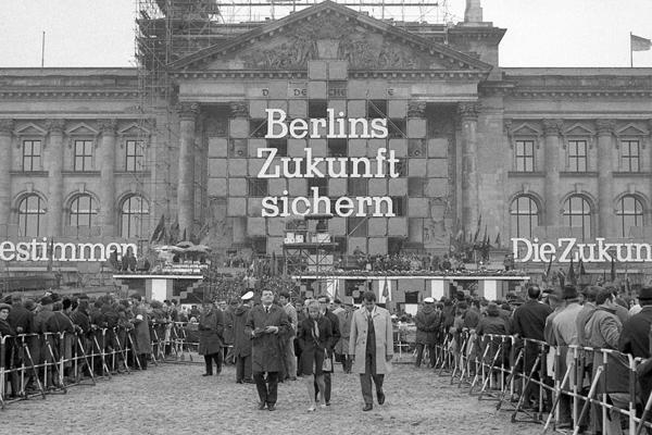 Kundgebung am abgesperrten Reichstag am 1. Mai 1969 in Berlin.