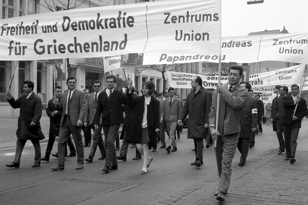 Eine Demonstration für die Deomkratisierung Griechenlands am 1.Maifeiertag in Berlin.