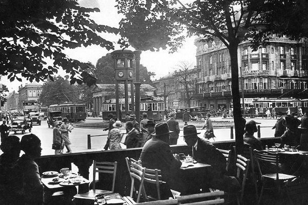 Blick auf den Potsdamer Platz in Berlin aus einem Straßencafe.
