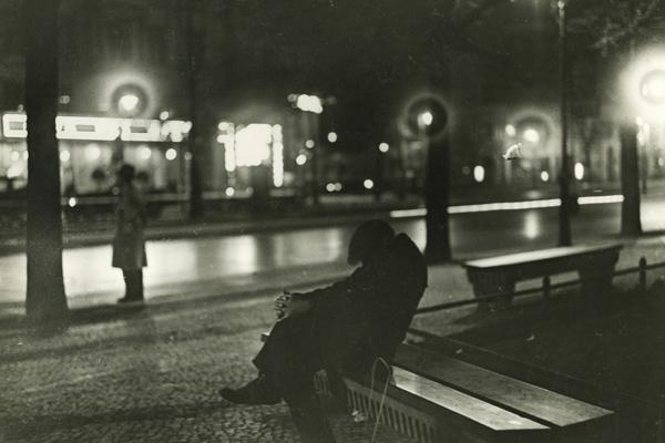 Ein Arbeitsloser nächtigt auf einer Parkbank. In den Jahren der großen Depression ist dies ein häufiges Bild. Angesichts sechs Millionen Arbeitslosen reicht die staatliche Fürsorgeunterstützung längst nicht mehr aus.