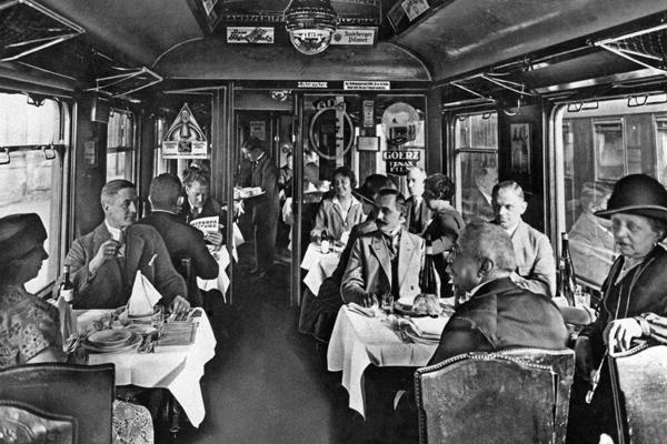 Speisewagen der Deutschen Reichsbahn mit Speisenden, aufgenommen im Anhalter Bahnhof Berlin.