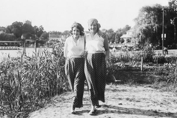 Zwei junge Berliner Damen verbringen einen Sommertag am Berliner Wannseee.