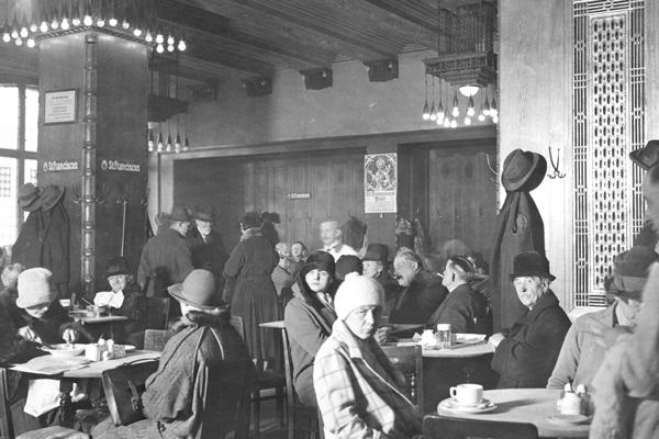 Speiselokal Aschinger, Berlin - Historisch: Gaststätten, Deutschland Berühmt wurde die Gaststätte Aschinger in Berlin und weit darüber hinaus dadurch, dass auf jedem Tisch ein Brotorb stand an dem sich jeder Gast kostenlos bedienen durfte. Das Aschinger wurde 1892 in Berlin gegründet und wurde besonders durch seine großen Stehbierhallen bekannt. Die erste Filiale namens ?Bierquelle? eröffnete am 1. September 1892 in der Neuen Roßstraße 4; Weitere Lokale folgten an stark frequentierten Plätzen wie in der Leipziger, Potsdamer und Friedrichstraße , am Rosenthaler Platz, Alexanderplatz, Hackeschen Markt und Werderschen Markt.