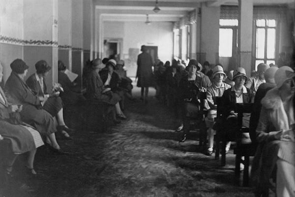 Arbeitslose Frauen warten in einem Wartesaal der Arbeitsvermittlung eines Arbeitsamtes.