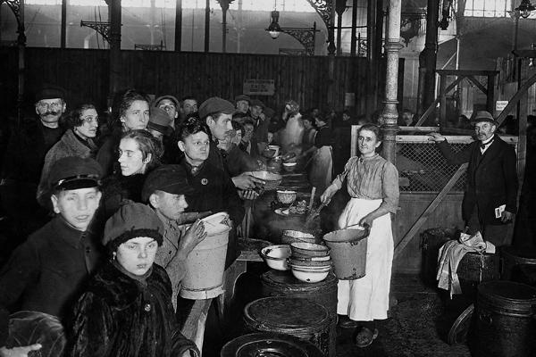 Speisung von Bedürftigen in einer Suppenküche des Berliner Wohlfahrtamtes während der Inflation.