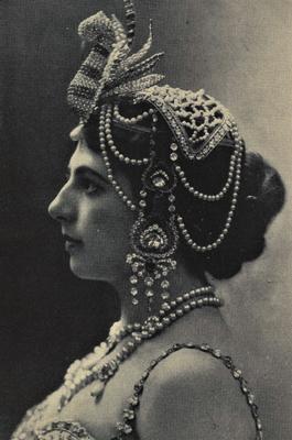 Mata Hari (1876-1917) kam 1906 nach Wien als exotische, indische Tänzerin und wurde vom Hoffotografen Carl Pietzner (1853-1927) in ihrem Tanzkostüm abgelichtet. Mata Hari bedeutet auf javanisch : Sonne.
