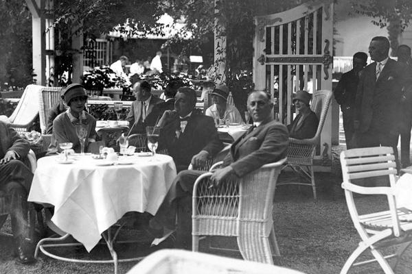 Berliner Gesellschaft beim Nachmittagstee im Garten des Berliner Hotels Esplanade in der Bellevuestraße (20er Jahre).