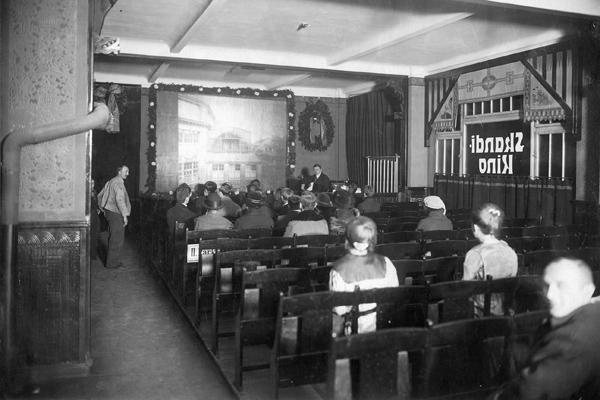Zuschauer in einem sog. 'Tageslicht-Kino'.