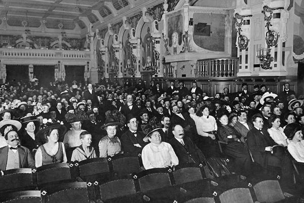 Begeistertes Publikum im Zuschauerraum des Berliner Union-Filmtheaters in der Hasenheide während einer Filmvorführung.