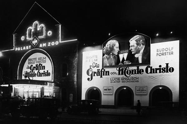 Filmplakat des Filmes 'Die Gräfin von Monte Christo' vor dem Kino Palast am Zoo in Berlin.