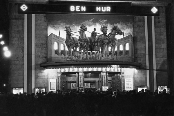 Andrang vor dem Ufa Pavillon vor einer Aufführung von 'Ben Hur'.
