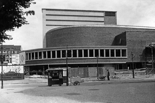 "Bau des berühmten Kinos ""UFA-Palast"" in Berlin im Jahr 1928."